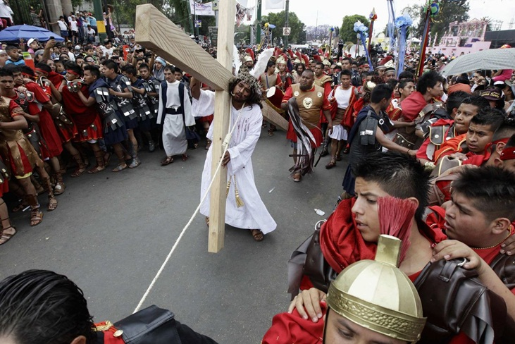 Penitents participate in a re-enactment of the crucifixion of Jesus Christ on Good Friday in Iztapalapa in Mexico City April 6, 2012. REUTERS/Henry Romero (MEXICO - Tags: RELIGION SOCIETY) ORG XMIT: CDG36